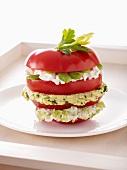 Geschichtete gefüllte Tomate mit Ricotta, Anchovis und Favabohnen