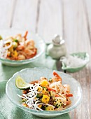 Fried noodles with prawns, mango and avocado