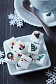 Zuckerwürfel mit Weihnachtsmotiven aus Lebensmittelfarbe in einer Porzellanschale