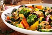 Gemischtes gebratenes Gemüse mit Pilzen