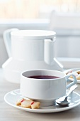 Teekanne, Teetasse und Keks in Bonbon-Form