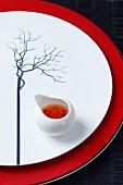 Teller mit Baum-Dekoration und asiatischer Sauce