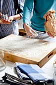 Backbrett mit Mehl bestäuben