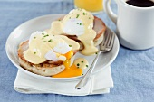 Egg Benedict (English Muffin mit Schinken, pochiertem Ei und Sauce Hollandaise, USA)
