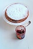 Sponge Cake gefüllt mit Himbeermarmelade und Marmeladenglas