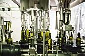 Wein wird maschinell in Flaschen abgefüllt