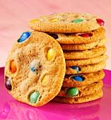 Cookies mit bunten Schokolinsen, gestapelt