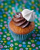 Cupcake mit Schokocreme und Baisertropfen