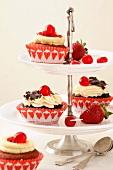 Cupcakes auf Etagere: Schwarzwälder Kirsch und Red Velvet
