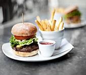 Hamburger mit Pommes frites und Ketchup