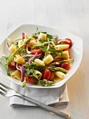 Nudelsalat mit Wildspargel, Zwiebeln und Kirschtomaten