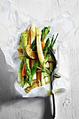 Gebratenes Gemüse auf Pergamentpapier