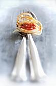 Spaghetti mit Tomatensoße auf Löffel und Gabel