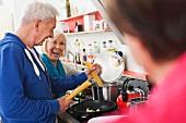 Älteres Paar kocht Spaghetti