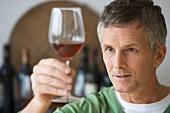 Mann prüft ein Glas Wein