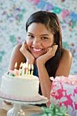 Teenager freut sich über die Geburtstagstorte