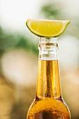 Close up einer Bierflasche mit Limettenschnitz