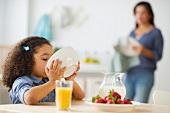 Kleines Mädchen beim Frühstück