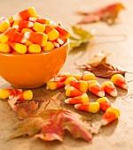Schüssel mit Candy Corns zu Halloween
