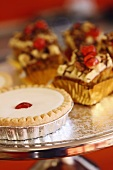 Bakewell Tart und Karottenkuchen auf Kuchenständer