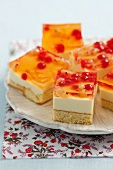 Sponge cake with cream, jelly and red currants