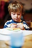 Junge isst ein Sandwich