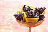 Mandelkonfekt mit dunkler Schokolade