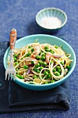 Spaghetti with peas, bacon and red onions