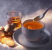 Ingwertee mit Honig süssen