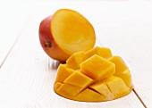 Eine halbierte und mit Rautenmuster aufgeschnittene Mango