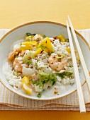 Reispfanne mit Garnelen, Paprika und Chili