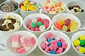 Verschiedene Bonbons, Pralinen, Eiskonfekt und Kaugummi in Schalen