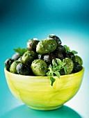 Grüne und schwarze Oliven mit Kräutern