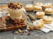 Kaffee-Haselnuss-Whoopies mit Puderzucker, Nüsse, Kaffebohnen