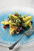 Salad leaves with tempura peppers and goat's cheese