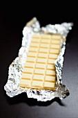 Eine Tafel weisse Schokolade im Silberpapier
