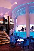 Hotelbar mit Barkeeper bei Abendbeleuchtung in einem modernen Hotel