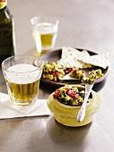 Guacamole mit Chips & Bier