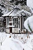 Verschneiter Garten mit Gartenpavillon und Vogeltränke