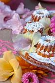 Etagere mit frischem Gebäck und festlicher Blumendekoration