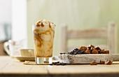 Ein Glas Karamell-Kaffee