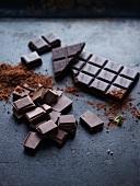 Schokoladenstücke, Schokoladentafel und Kakaopulver