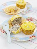 Zitronen-Mohn-Cupcakes mit Zuckerblumen