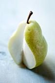 Eine angeschnittene Birne
