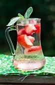 Erfrischungsgetränk mit Erdbeeren & Salbei in Glaskrug