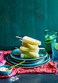 Limetten-Kokos-Stieleis mit Passionfruchtsorbet