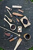 Selbst hergestellte, rustikale Küchenutensilien auf Holzplatte