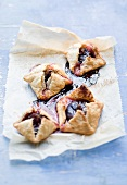 Puff pastry parcels with fig filling