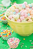 Bunte Mini-Marshmallows, Zuckerstreusel & Zuckerperlen