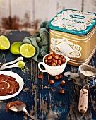 Zutaten für Haselnusseis: Nussnougatcreme, geröstete Haselnüsse und Vanilleies in einer Box